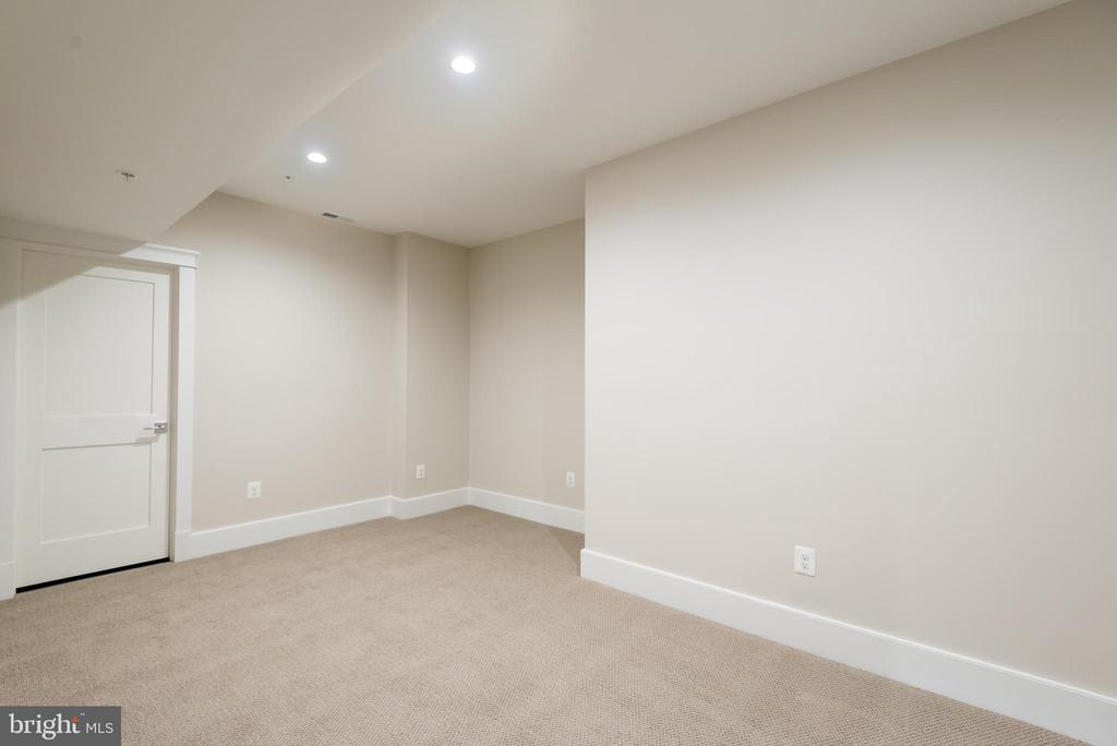 lower level bonus room/gym - 5204 SARATOGA AVE, CHEVY CHASE