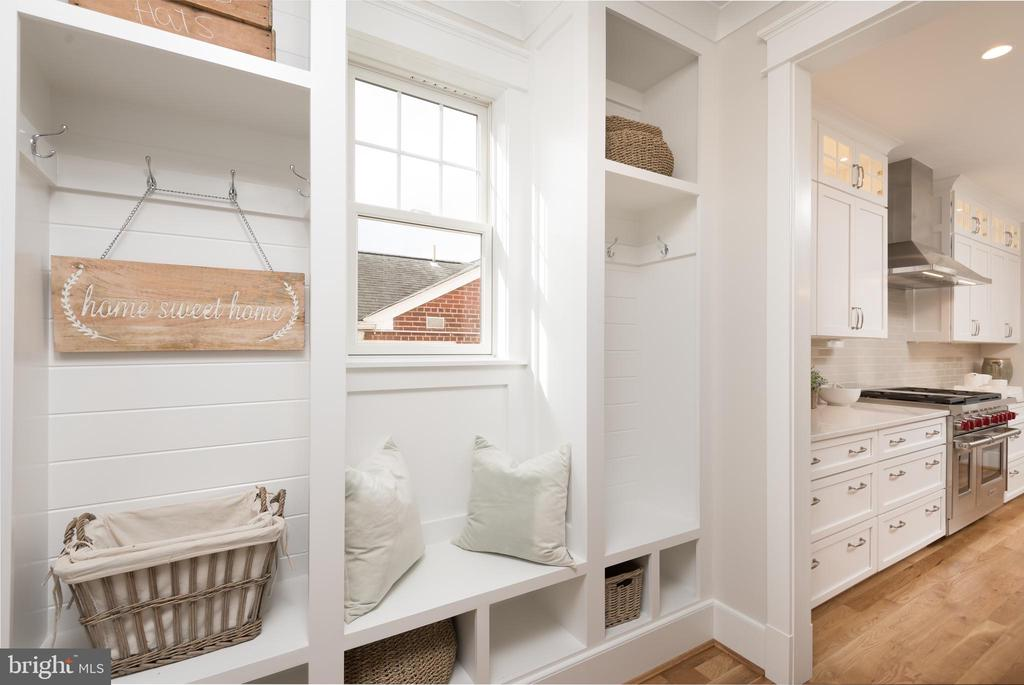 mud room - 5204 SARATOGA AVE, CHEVY CHASE