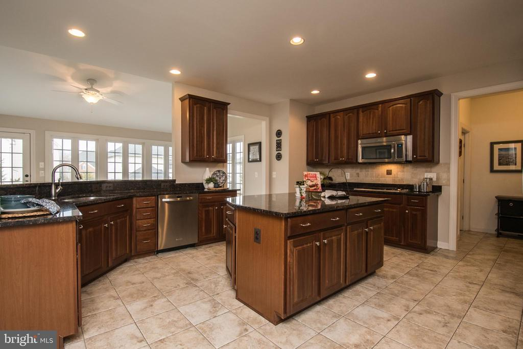 Expansive Chef's Kitchen - 43168 HASBROUCK LN, LEESBURG