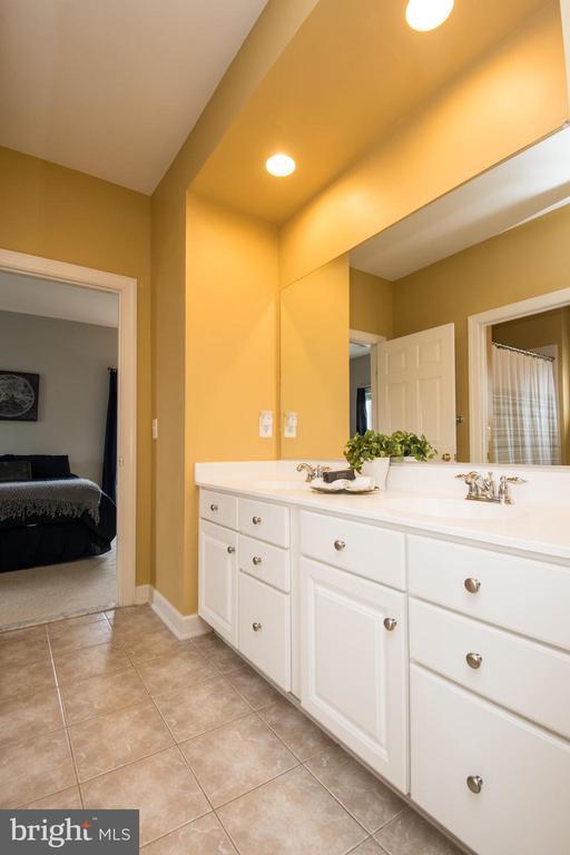 Jack and Jill Bathroom - 43168 HASBROUCK LN, LEESBURG