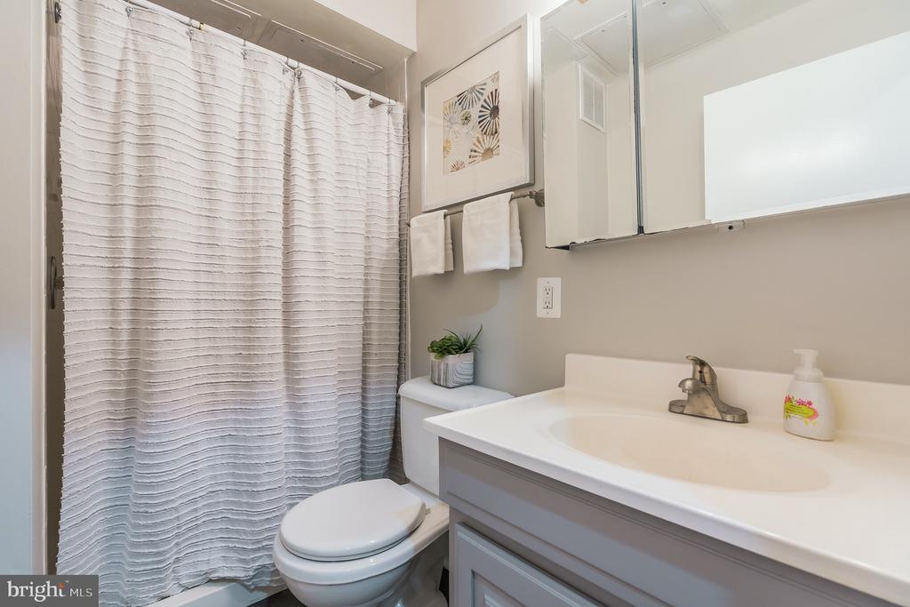 Unit #2 full bathroom - 1932 15TH ST NW, WASHINGTON