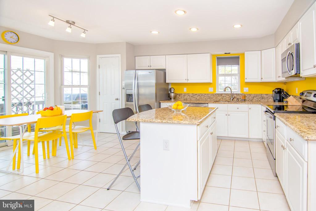 Bright kitchen with granite and stainless! - 6477 EMPTY SONG RD, COLUMBIA