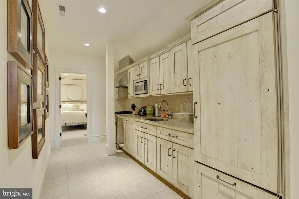Guest Apartment - 5517 PEMBROKE RD, BETHESDA