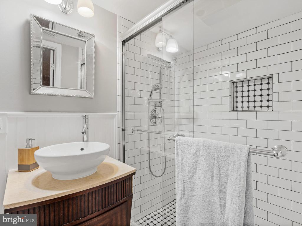 Full Bathroom - 3054 CEDAR LN, FAIRFAX