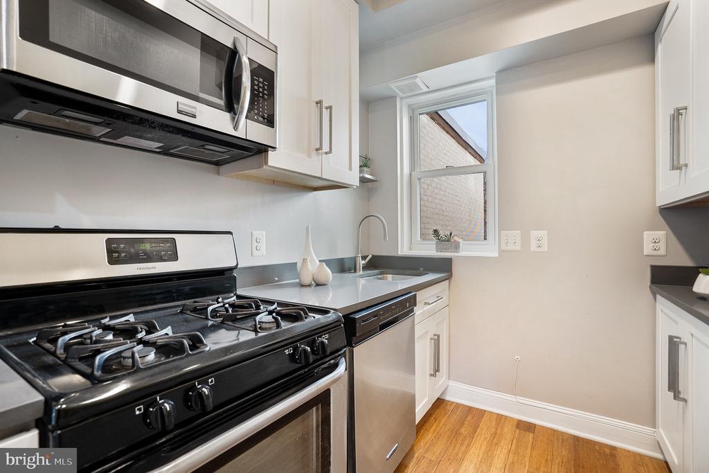 Unit #2 kitchen w/ gas cooking - 1932 15TH ST NW, WASHINGTON