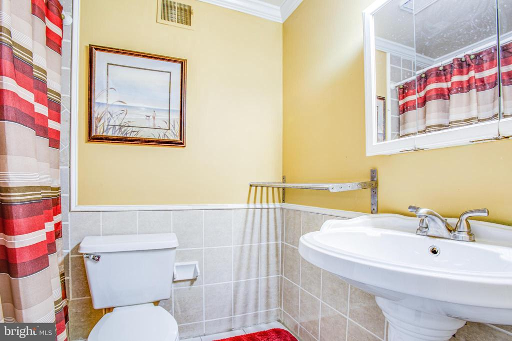 Ensuite master bath is one of two on this level - 6122 PLAINVILLE LN, WOODBRIDGE