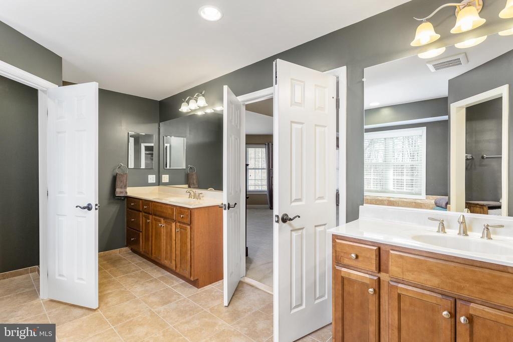 Master Bath with separate Vanities - 8108 SPRUCE VALLEY LN, CLIFTON