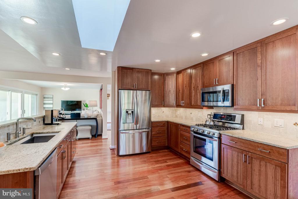 Gourmet Kitchen - 10907 WATERMILL CT, OAKTON