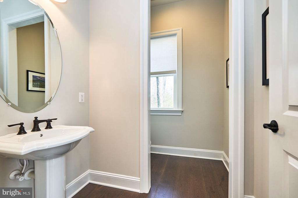 One of two main level powder rooms - 41222 TRAMINETTE CT, ASHBURN