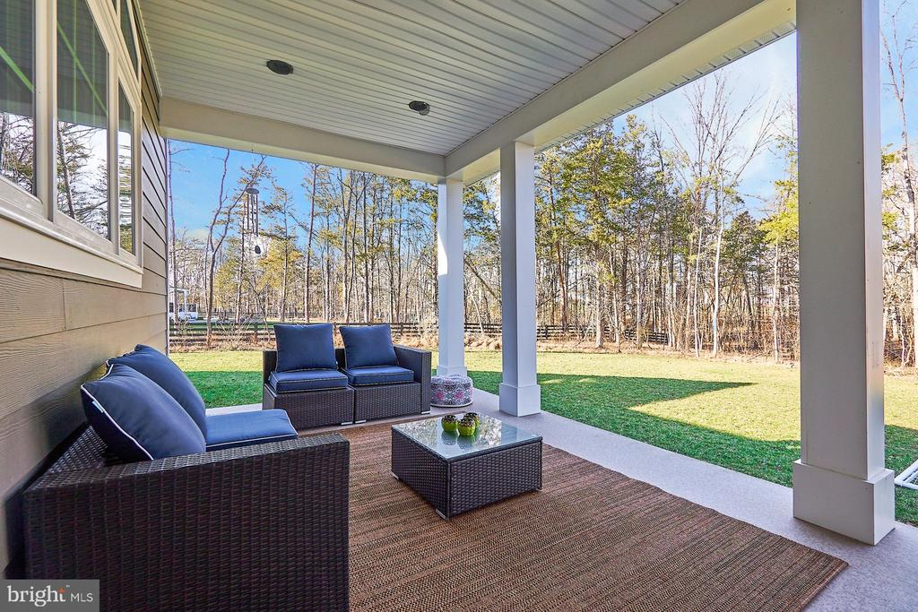 Covered porch overlooks one-acre+ lot - 41222 TRAMINETTE CT, ASHBURN