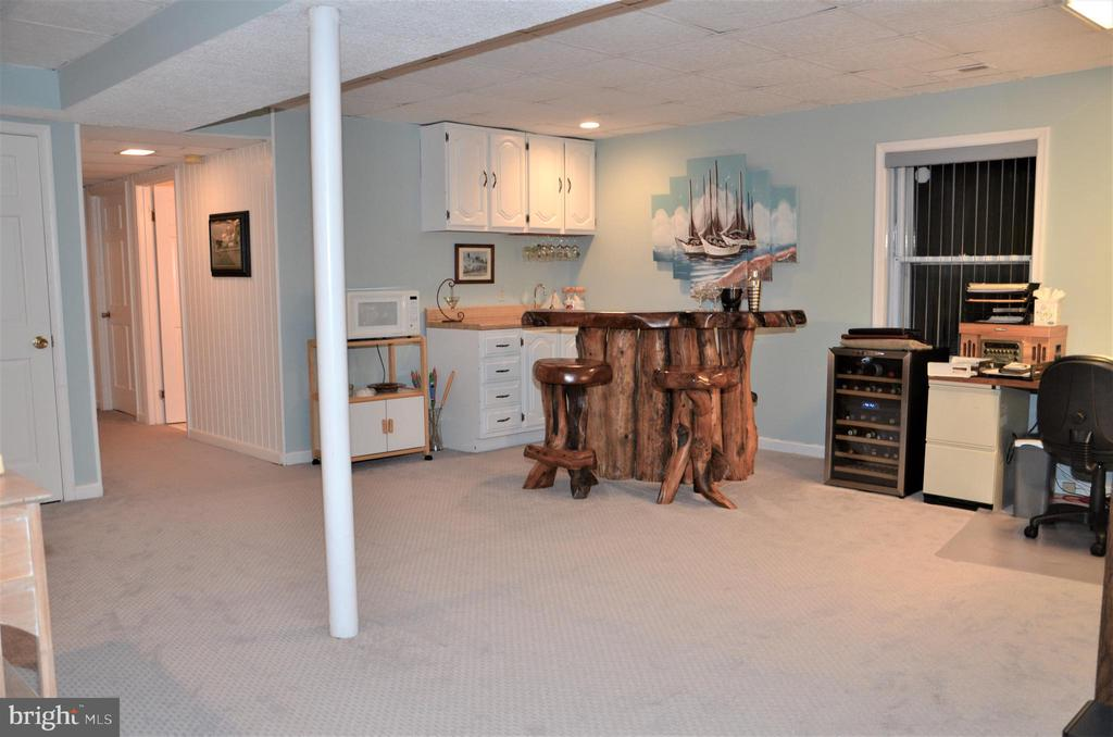 Lower level family room with wet bar area - 5827 WESSEX LN, ALEXANDRIA