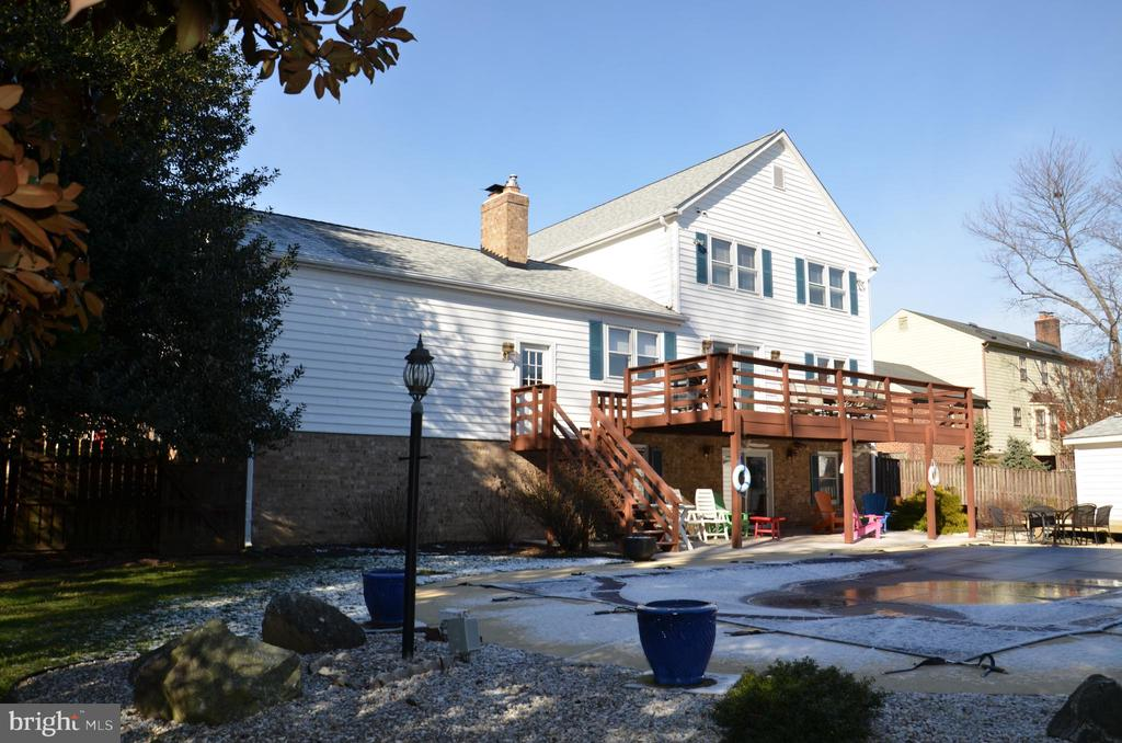 Back exterior beautifully landscaped and inviting - 5827 WESSEX LN, ALEXANDRIA