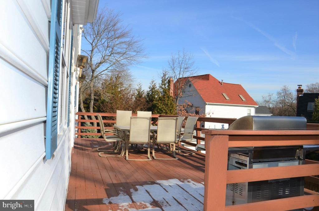 Huge custom back deck is spacious for dining. - 5827 WESSEX LN, ALEXANDRIA