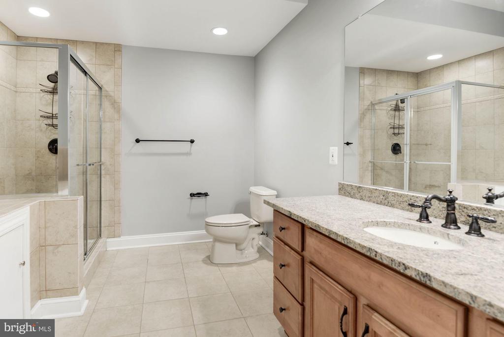 Adjacent Full Bathroom - 12184 HICKORY KNOLL PL, FAIRFAX