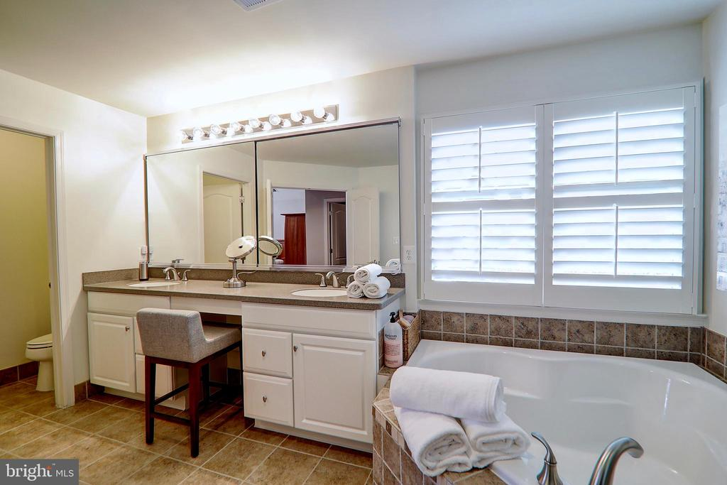Dual Vanities and Private Water Closet - 22960 CARTERS STATION CT, ASHBURN