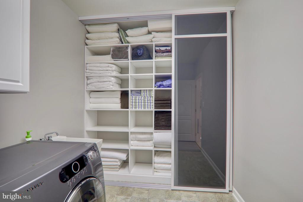 Built-In Linen Closet w/Custom Glass Sliding Doors - 22960 CARTERS STATION CT, ASHBURN