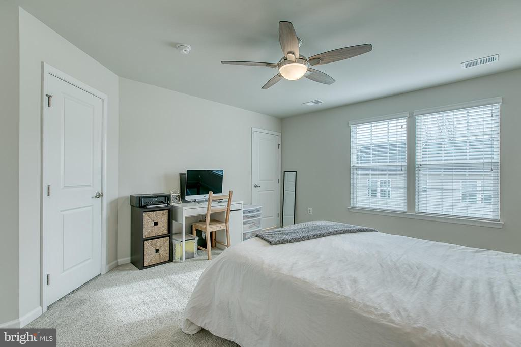 Master Bedroom with walk in closet - 211 LANDING DR, FREDERICKSBURG