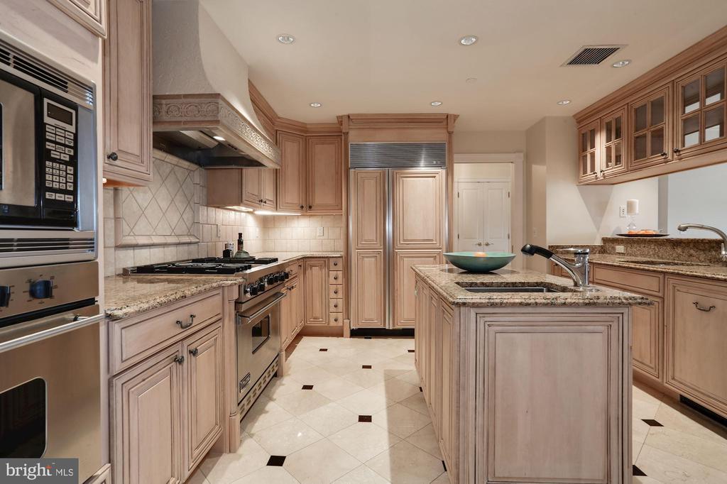 Gourmet kitchen with center prep island - 1201 N NASH ST #302, ARLINGTON