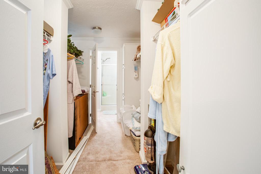 Master Walk-through Closet Connect the Two Baths - 11601 ORANGE PLANK RD, SPOTSYLVANIA