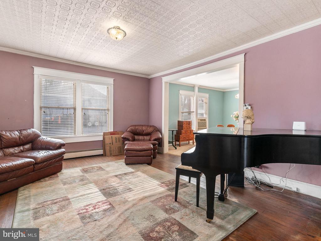 Living room current color - 200 WASHINGTON GROVE LN, GAITHERSBURG