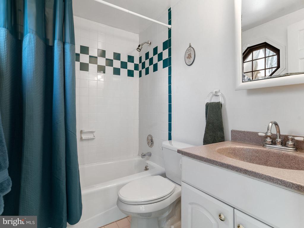 bath main level - 200 WASHINGTON GROVE LN, GAITHERSBURG