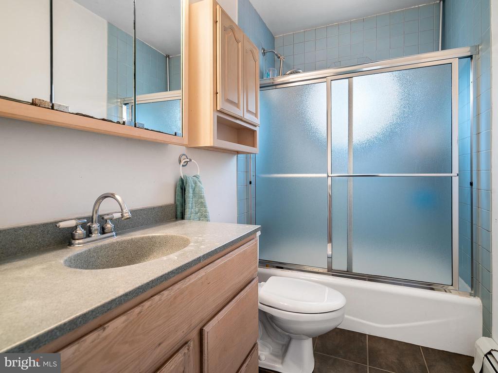 upper level bath - 200 WASHINGTON GROVE LN, GAITHERSBURG