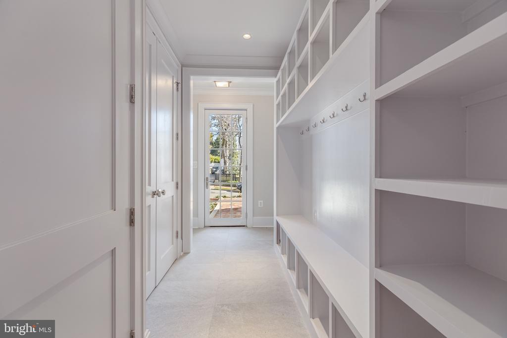 Mud room with separate front & garage entrances - 3100 35TH ST NW, WASHINGTON