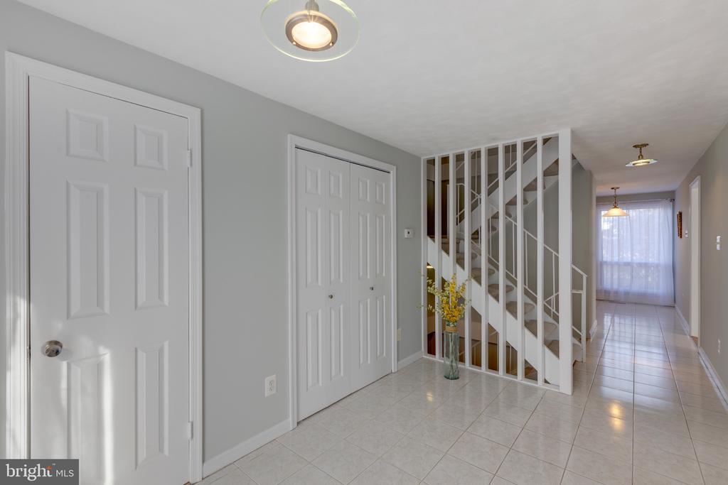 Foyer and hallway - 4467 ELAN CT, ANNANDALE