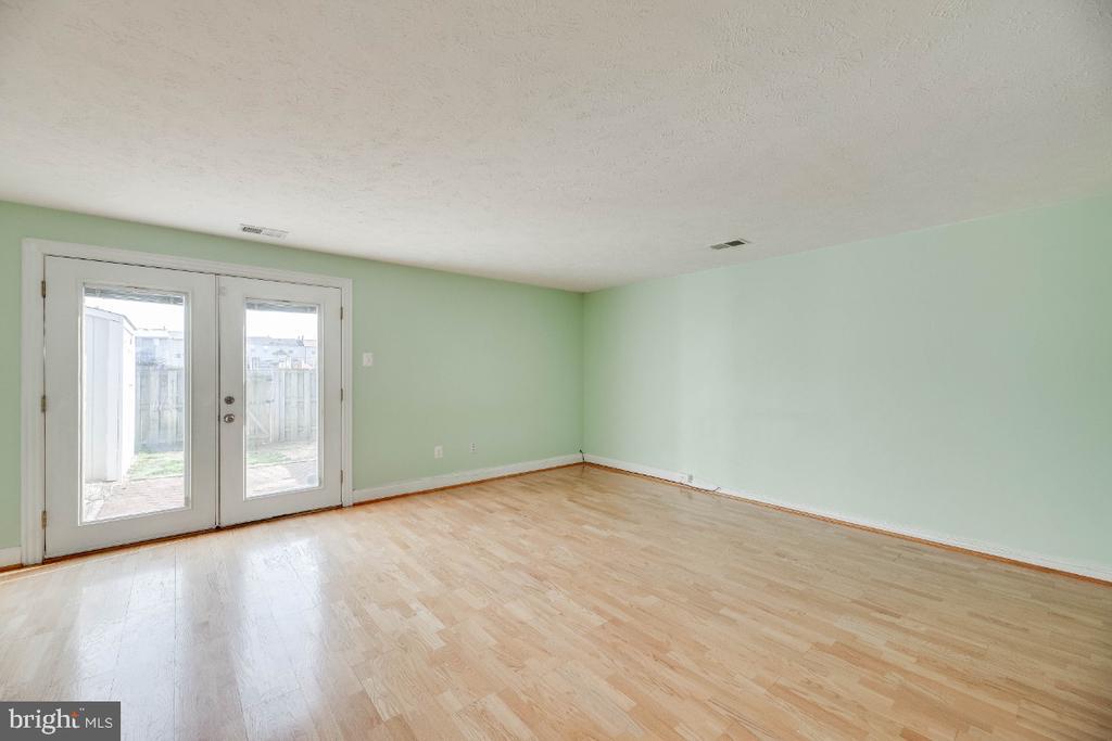 Living Room opening to private rear yard - 15098 ARUM PL, WOODBRIDGE