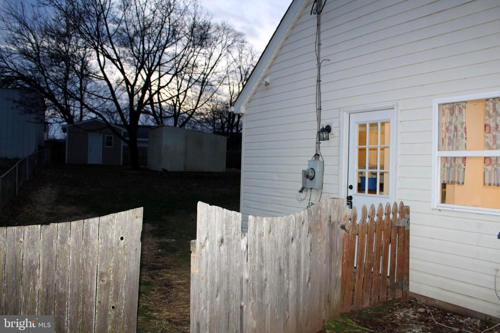 Gated left side of the home w/wide access to yard - 175 MANASSAS DR, MANASSAS PARK
