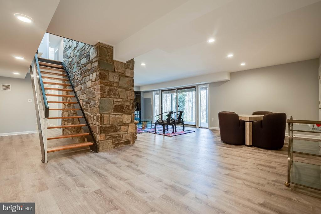Large lower level entertaining space - 8651 BLACK FOREST CIR, FAIRFAX