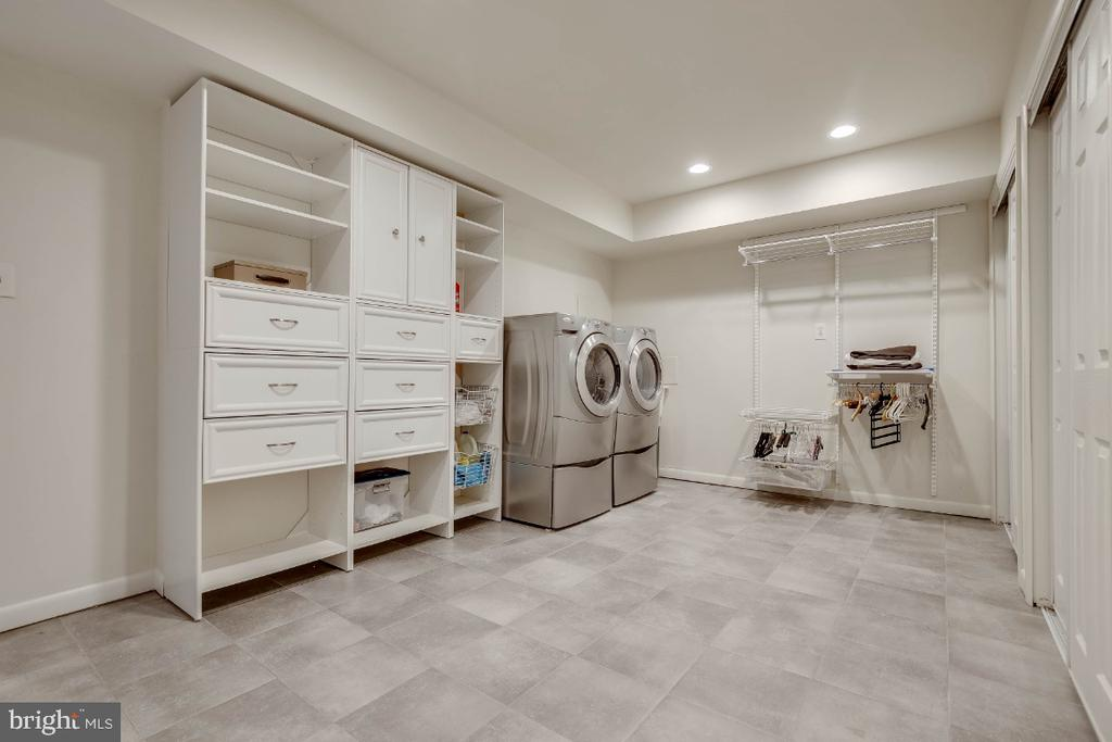 Large laundry room - 8651 BLACK FOREST CIR, FAIRFAX