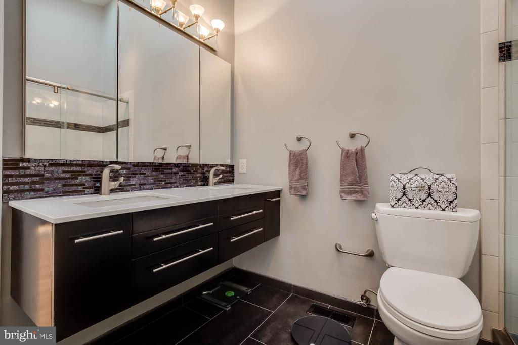 Luxurious master bathroom - 8651 BLACK FOREST CIR, FAIRFAX