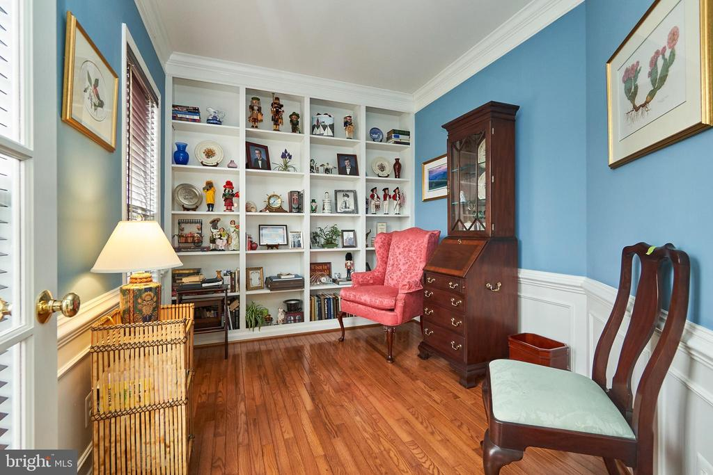 Main level office with built ins and hardwood - 5947 TUMBLE CREEK CT, HAYMARKET