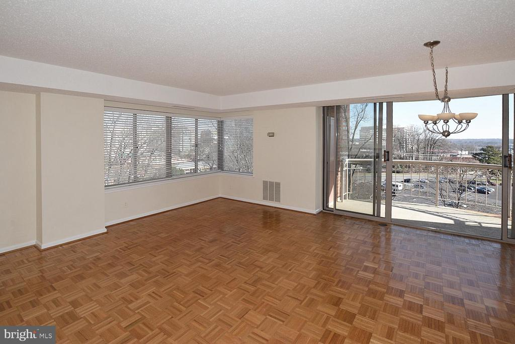 LIVING ROOM - 5800 NICHOLSON LN #1-1007, ROCKVILLE