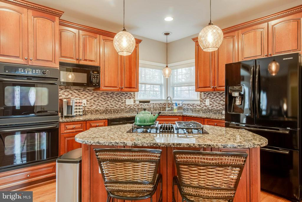 GOURMET KITCHEN WITH ISLAND AND GRANITE COUNTERS - 5014 QUELL CT, WOODBRIDGE