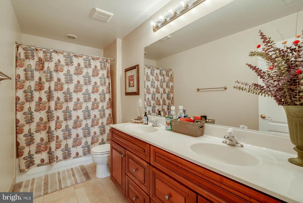 UPPER LEVEL FULL BATH - 5014 QUELL CT, WOODBRIDGE