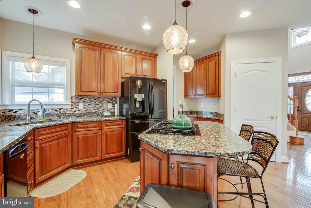 GOURMET KITCHEN WITH PULL OUT DRAWERS - 5014 QUELL CT, WOODBRIDGE