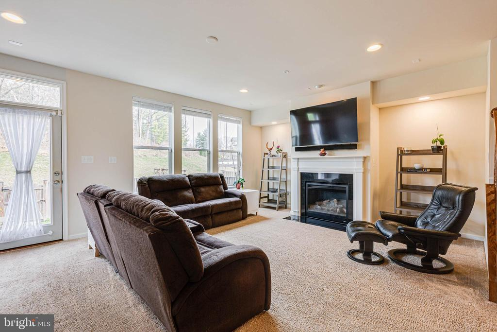 FAMILY ROOM - 6963 COUNTRY CLUB TER, NEW MARKET
