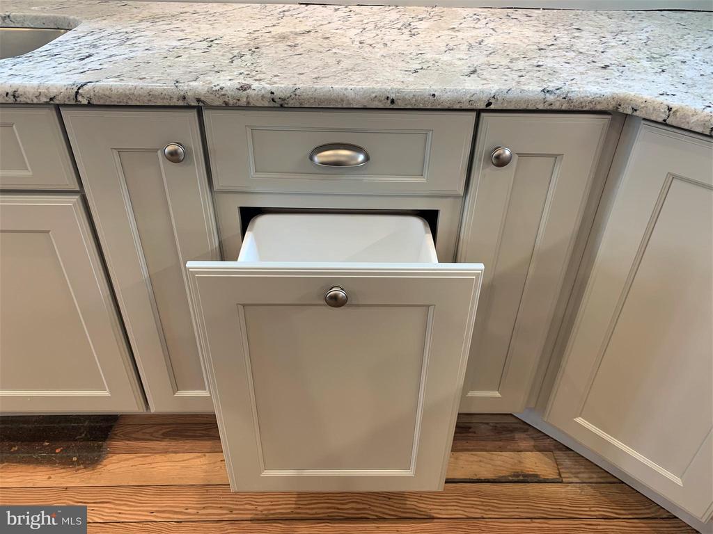 Soft Close Kitchen Cabinetry - 812 WEEDON ST, FREDERICKSBURG