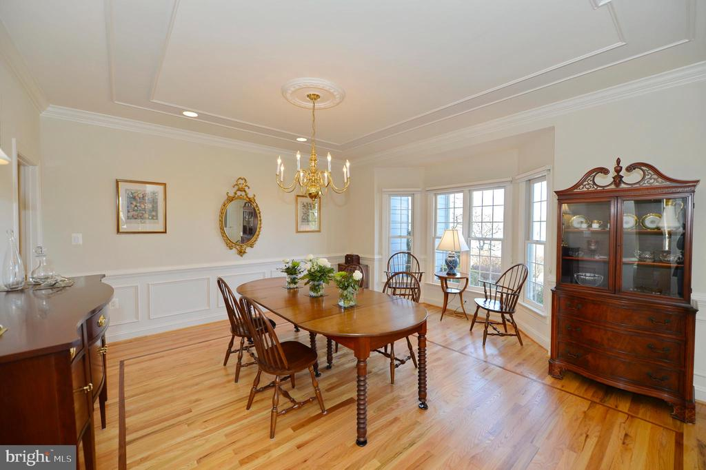 Traditional dining room with bay bump-out - 16080 GOLD CUP LN, PAEONIAN SPRINGS