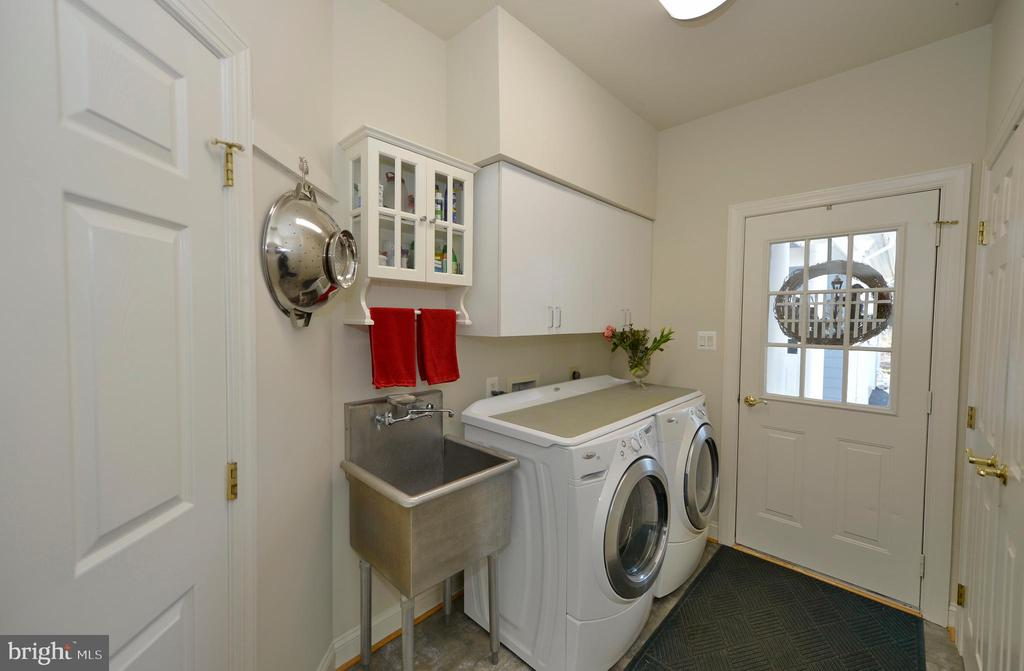 Charming mud/laundry room with SS sink - 16080 GOLD CUP LN, PAEONIAN SPRINGS