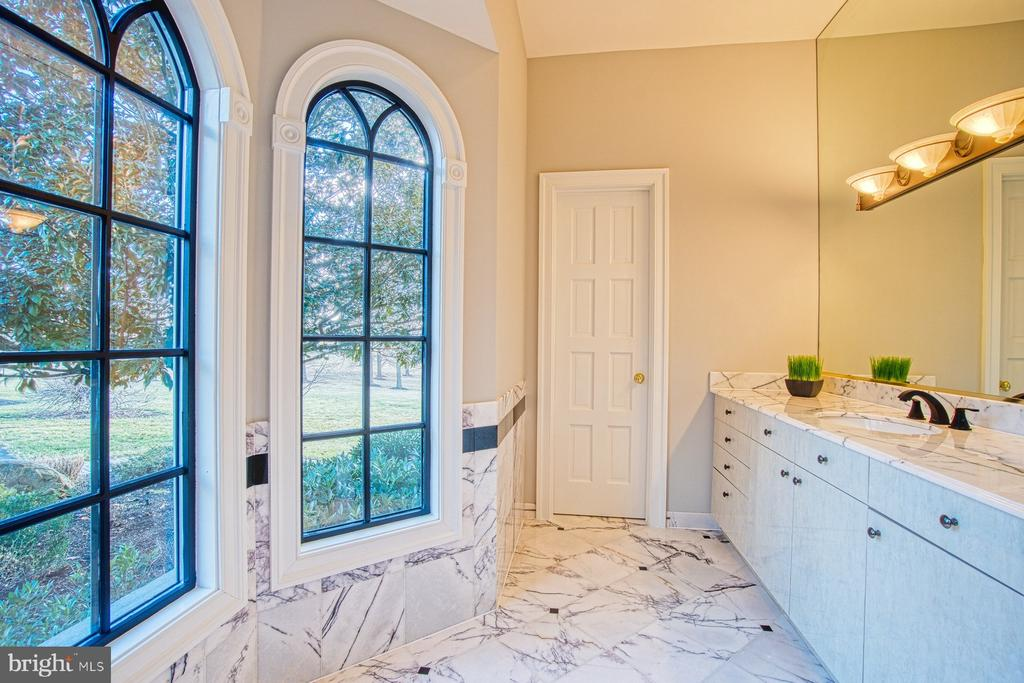 Half bathroom off the entertaining room - 40310 HURLEY LN, PAEONIAN SPRINGS