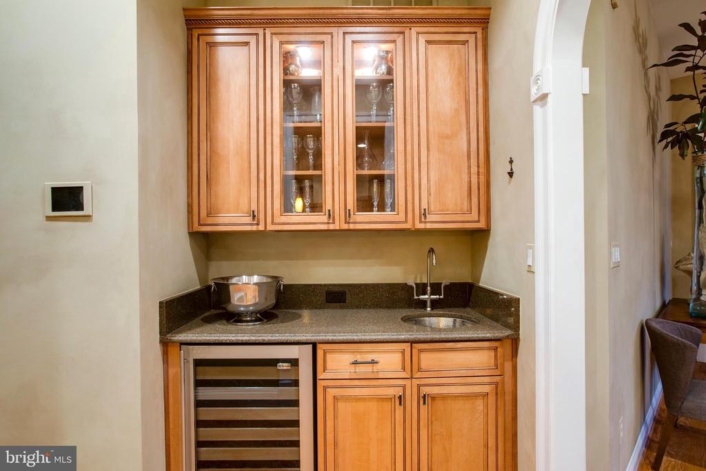 Butlers Pantry-Wet Bar between Dining and Kitchen - 9110 DARA LN, GREAT FALLS