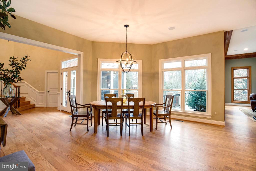 Casual Dining with Elevated Views of Grounds - 9110 DARA LN, GREAT FALLS
