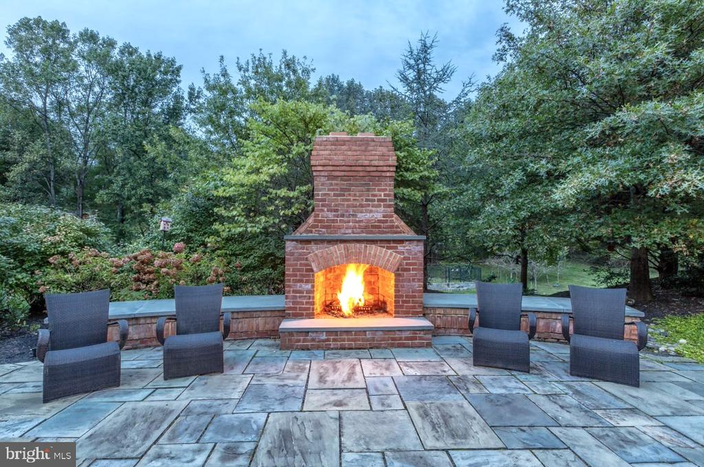 Fireplace for Intimate or Large Scale Entertaining - 9110 DARA LN, GREAT FALLS