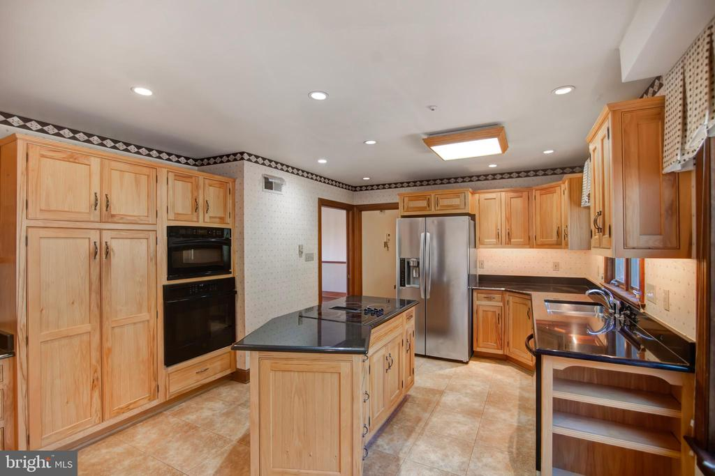 CUSTOM KITCHEN WITH HICKORY CABINETRY - 4616 OLD NATIONAL PIKE, MIDDLETOWN