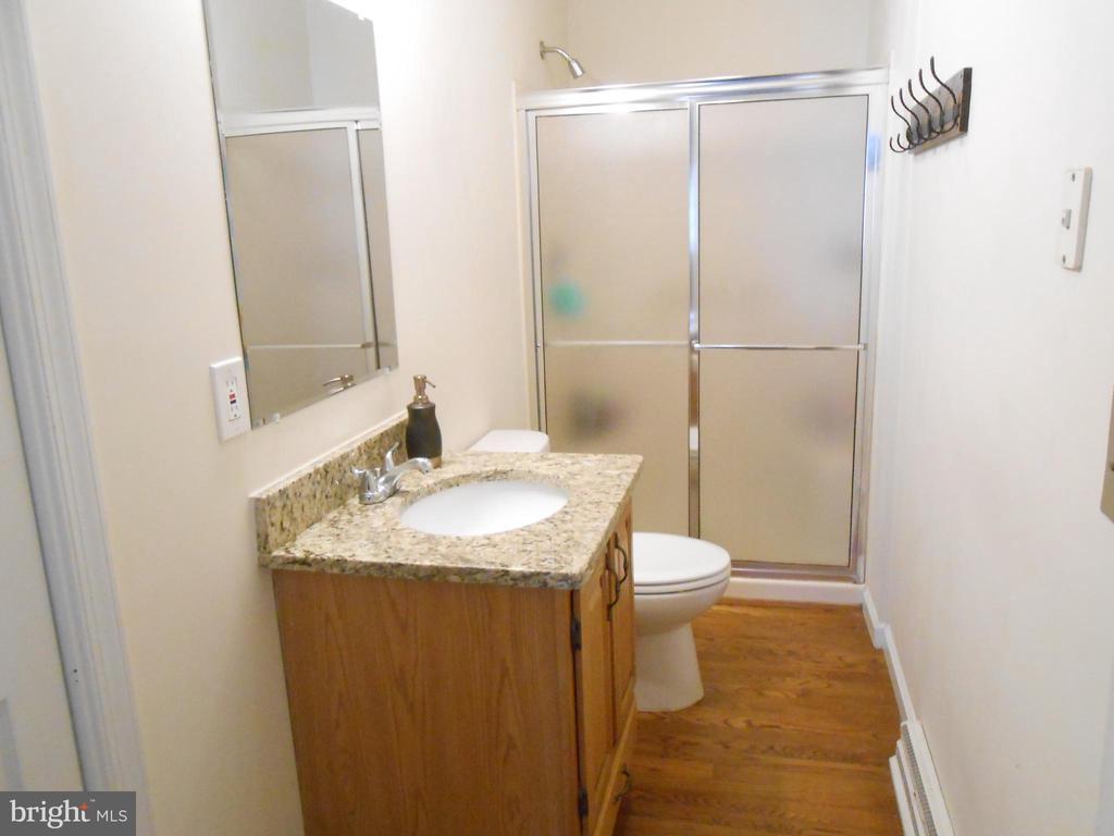 Master Bath - Hardwood Floor, linen closet - 5415 MOLLYS GLN, MINERAL