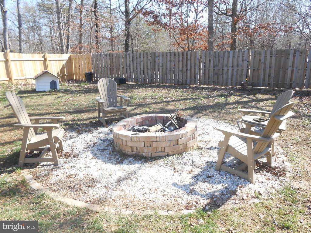 Fenced rear yard - Fire pit - 2 gates - 5415 MOLLYS GLN, MINERAL