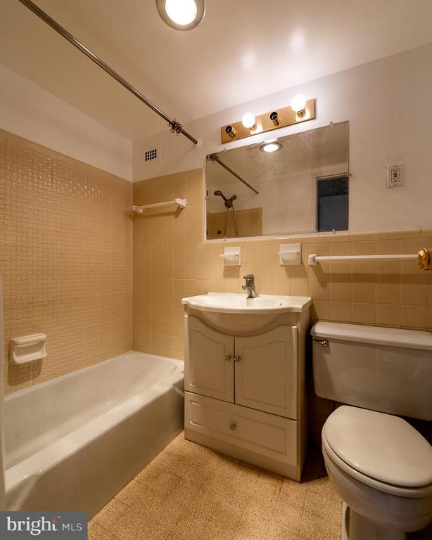 master bath - 10401 GROSVENOR PL #527, ROCKVILLE